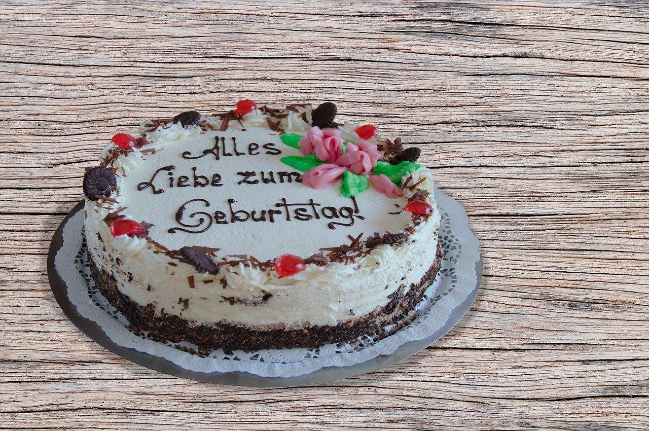 Alles Liebe zum Geburtstag! written on a cake